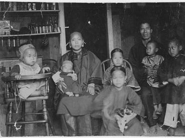 https://commons.wikimedia.org/wiki/File:Chinese_Family_in_Hawaii_1893.jpg