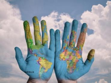https://pixabay.com/en/hands-world-map-global-earth-600497/
