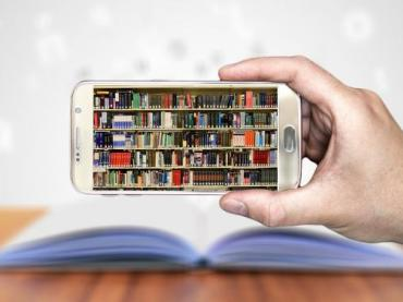 https://pixabay.com/en/books-smartphone-hand-keep-3348990/