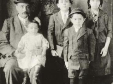 Victoria Confino and her family in New York in 1913.