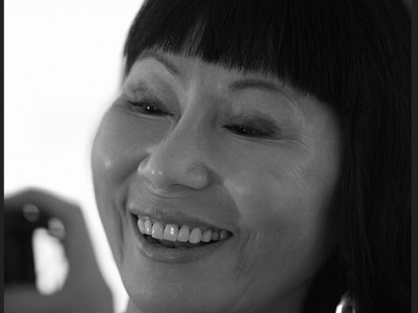 By David Sifry (Amy Tan Portrait 2) [CC BY 2.0 (https://creativecommons.org/licenses/by/2.0)], via Wikimedia Commons